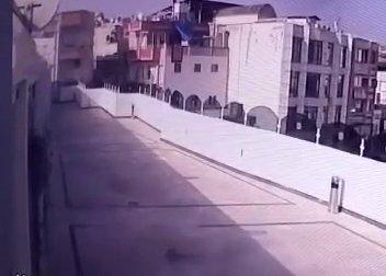 Otelin terasına düşen roketin patlama anı güvenlik kamerasında