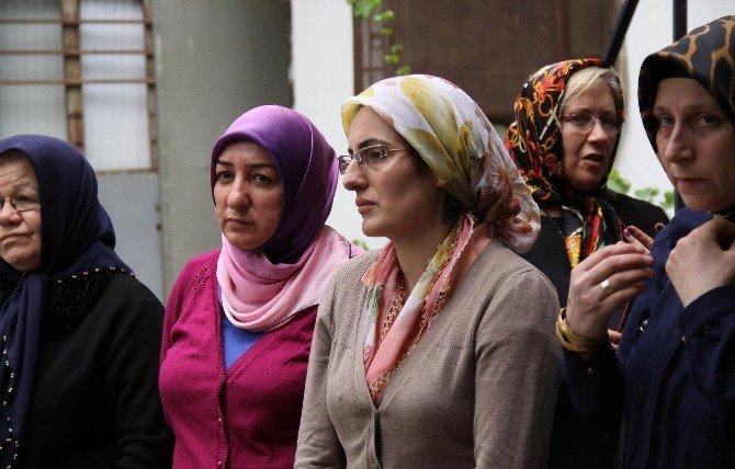 Oğlu Tarafından Başı Kesilerek Öldürülen Kadın Toprağa Verildi