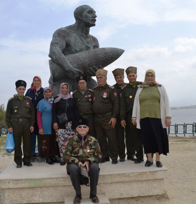 Gaziler, Çanakkale Şehitliği'ni ziyaet ederek dedeleri için dua etti