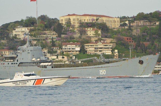 Rus Savaş Gemisi Kamufle Edilmiş Askeri Araçlarla İstanbul Boğazı'ndan Geçti