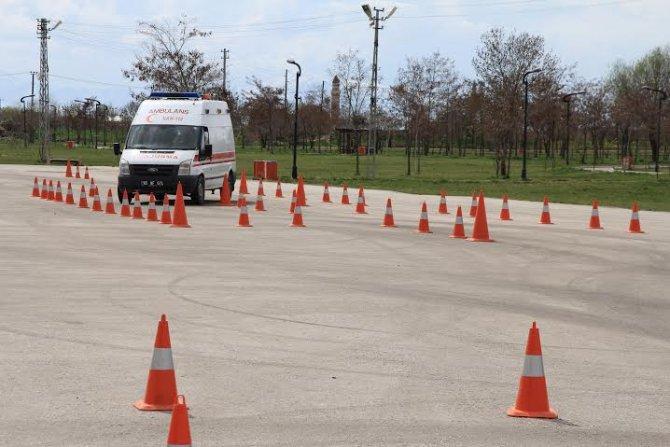 Ambulans şoförleri ve acil tıp teknisyenlerine ileri sürüş eğitimi