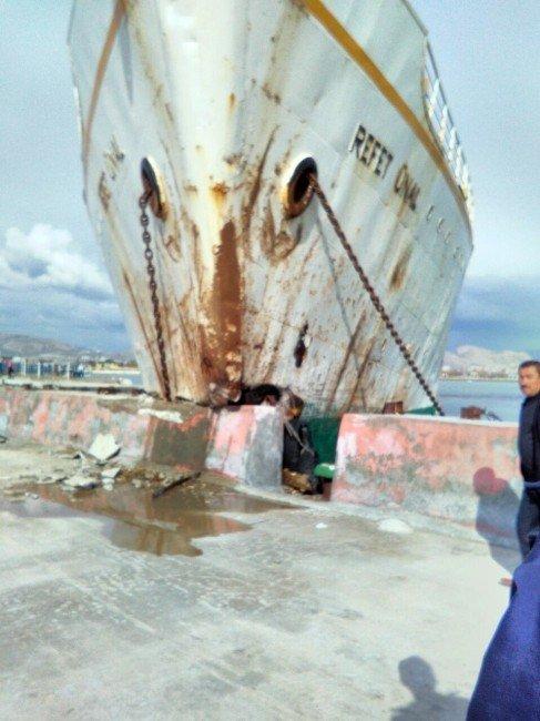 Van'da Feribot Beton İskeleye Çarptı