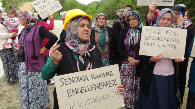 İşten atılan 8 işçi ve aileleri, fabrika önünde eylem yaptı