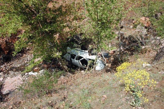 Otomobil Dereye Uçtu: 1 Ölü, 3 Ağır Yaralı