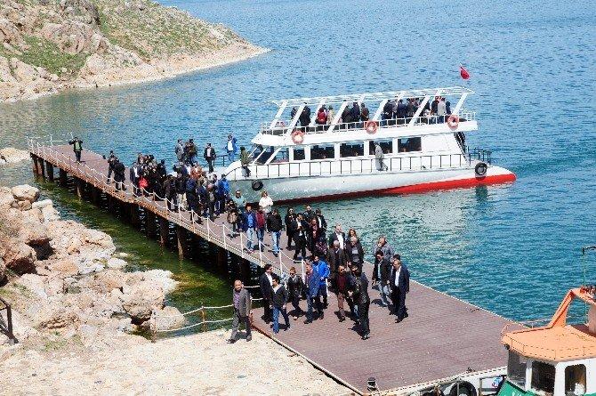 İranlılardan Akdamar Adası'na Çıkarma