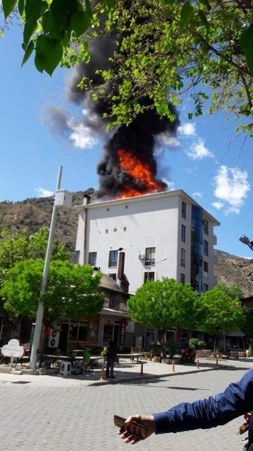 Yusufeli Kültür Evi'nin Çatısında Yangın Çıktı