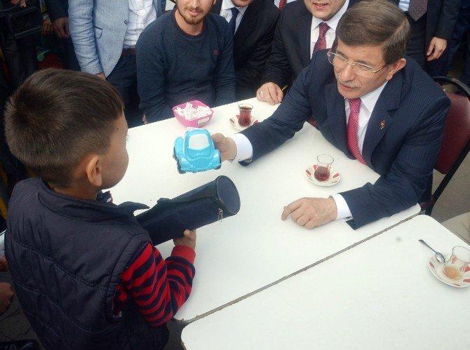 Başbakan Davutoğlu Küçük Çocukla Bilek Güreşi Yaptı