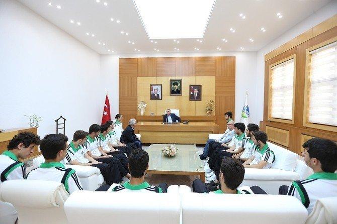 Başkan Toçoğlu U19'a Katılacak Sakaryaspor Teknik Ekip Ve Sporcularını Ağırladı