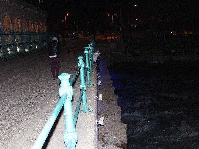Kanala Atlayan Şahsı Belediye Görevlileri Kurtardı