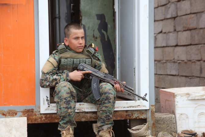 DAEŞ ile savaşmak için okulunu bırakan küçük Ali askerlere moral veriyor