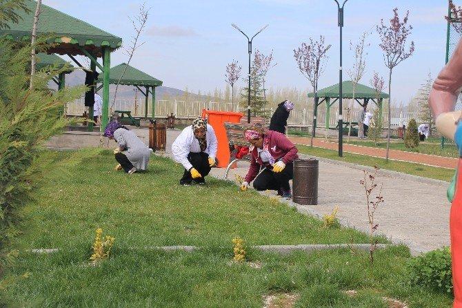 Bünyan'da Parklara Kadın Eli Değdi