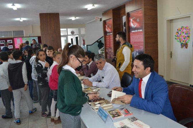 Manavgat'ta öğrenciler birlikte kitap okumak için yazarlarla buluştu