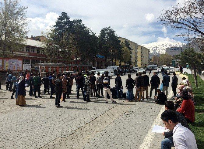 Üniversite Öğrencilerinden Yol Kapatma Eylemi