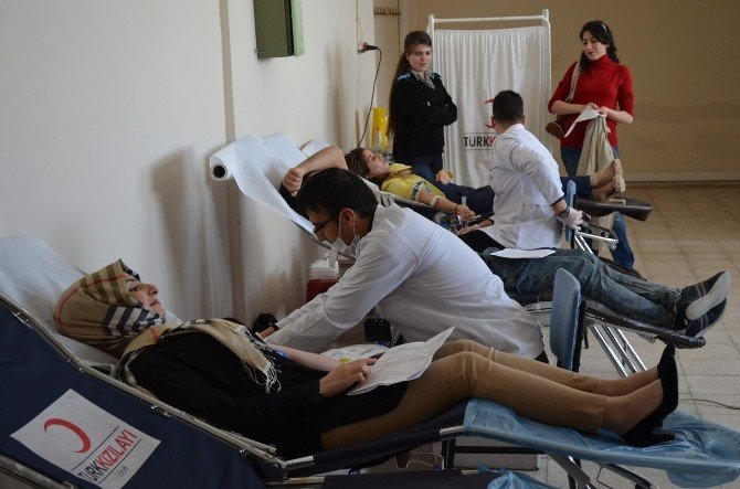 Üniversite Öğrencileri Kızılay'a Kan Bağışında Bulundu