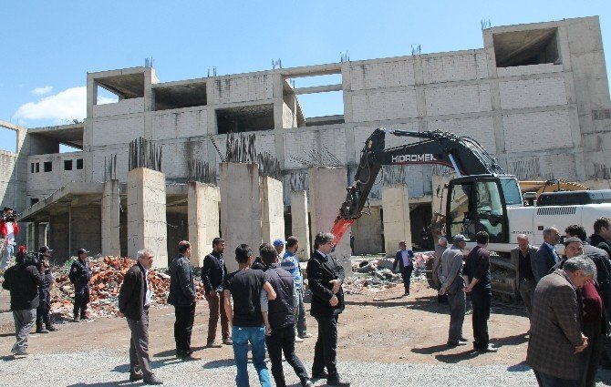 Şehirde Sorun Haline Gelen Binanın Yıkımı Törenle Yapıldı