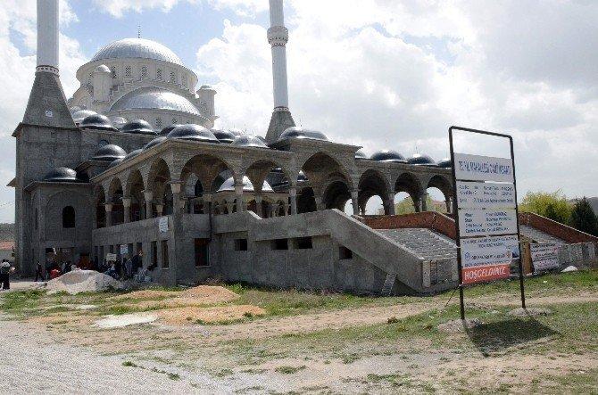 Ellerinin Hamuruyla Cami İnşaatına Destek Oluyorlar