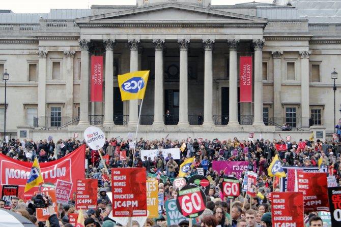 İngiltere'de binlerce kişi hükümetin 'kemer sıkma' kararını protesto etti