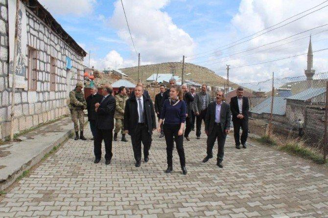 Kaymakam Ayağına Çizmeyi Takıp Köyleri Dolaşıyor