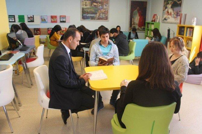 Sosyal Bilimler Lisesi 1 Ders Saatini Kitap Okumaya Ayırdı