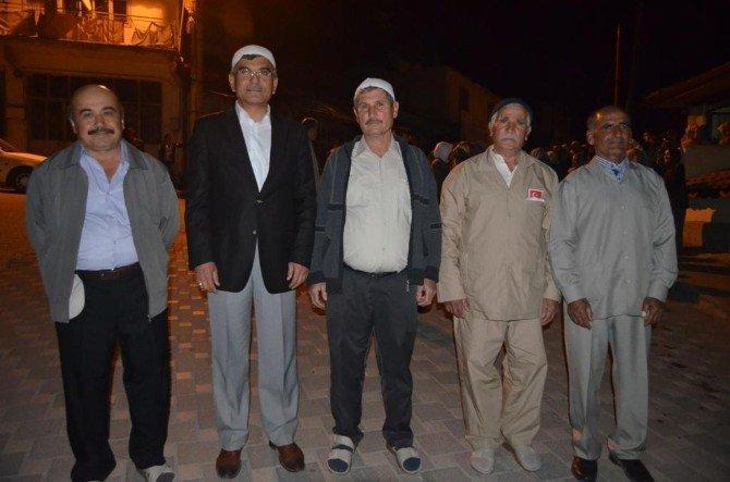 Selendi'de Umre Yolcuları Gözyaşları İle Uğurlandı