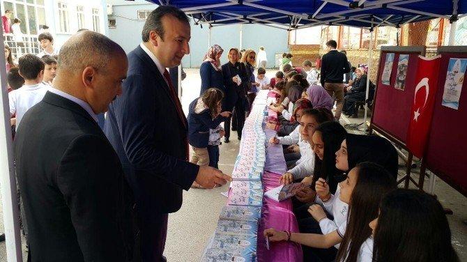 Genç Yazarlar Kitaplarını İmzaladı