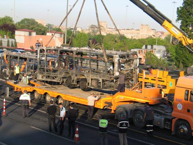 Alevlere teslim olan metrobüs olay yerinden kaldırıldı