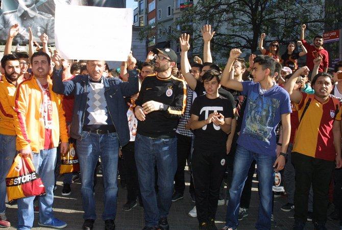 İstiklal'de 'Dursun Özbek istifa' sesleri