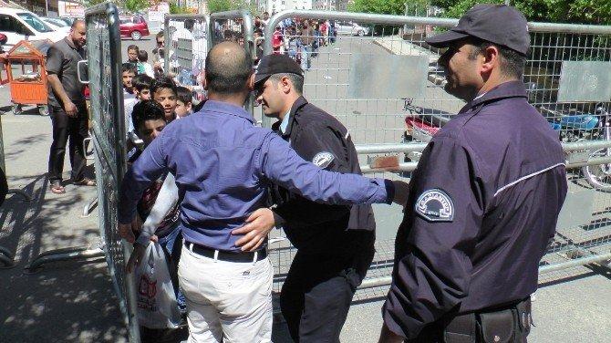 Türkiye Ve Suriyeliler Dostluk Maçına Akın Etti