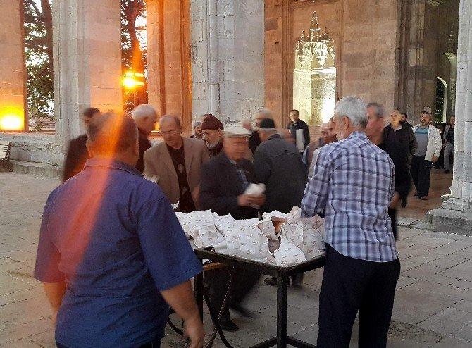 Mahallelinin Yaptığı Bu Uygulama Camide Cemaat Sayısını Arttırdı