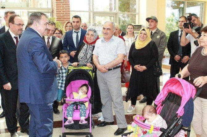 """Bakan Eroğlu'ndan Aday Memurlara, """"Erken Evlenin, 5 Çocuk Yapın"""" Çağrısı"""