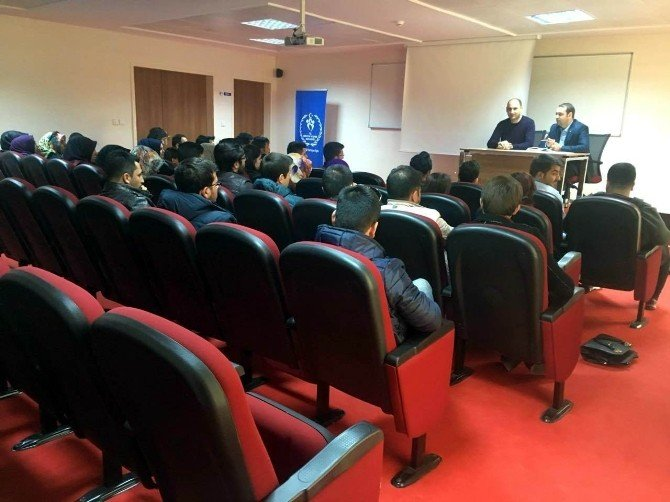 AK Partili Gençlerden Gençlik Merkezi Ziyareti