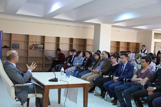 Erzincan Gençlik Merkezinde Gençler Yeni Anayasayı Konuşuyor
