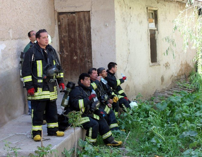İki Katlı Ev Sobadan Çıkan Yangında Kül Oldu