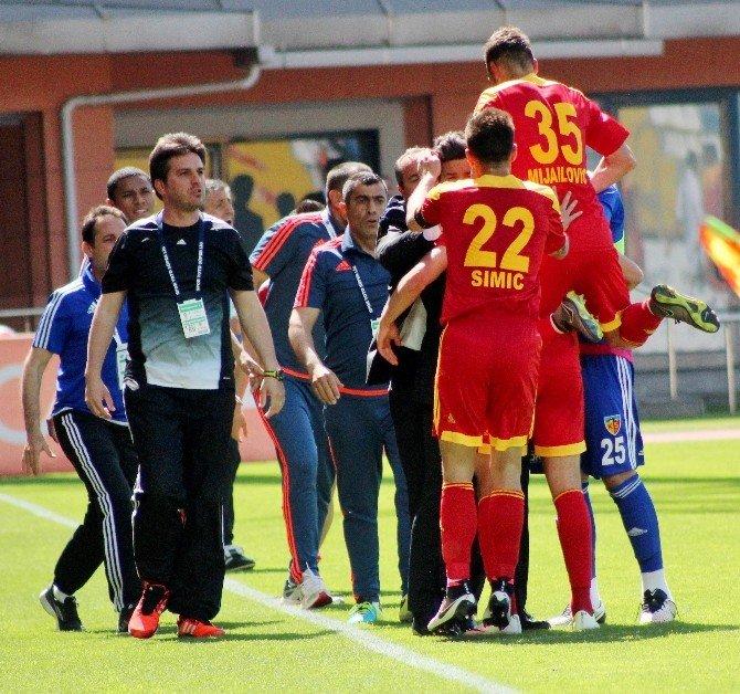 Kayserispor Kulübü Başkanı Recep Mamur Soyunma Odasında Futbolcuları Tebrik Etti