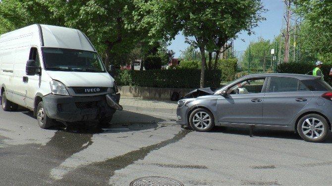 Gebze'de İki Araç Kafa Kafaya Çarpıştı: 1 Yaralı