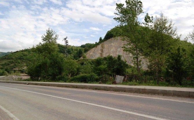 Dinamitle Patlatılan Kayaların Parçaları Evlere İsabet Etti