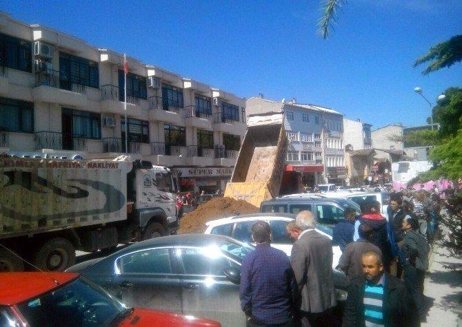 Cezaya Kızan İşadamı, 2 Kamyon Toprağı Belediyenin Önüne Döktü