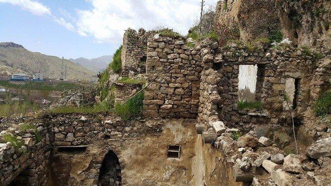 Çukurca'nın Tarihi Evleri Restore Edilmeyi Bekliyor