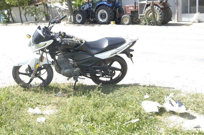 Kamyonetle Motosiklet Kafa Kafaya Çarpıştı: 1 Yaralı