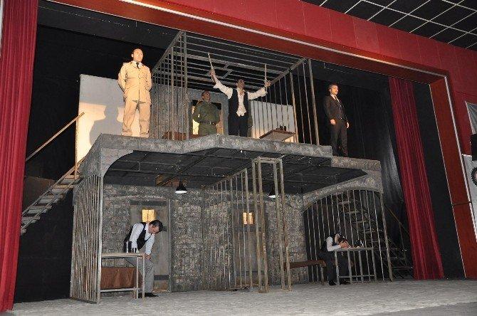 'Yaslıada' Adlı Tiyatro Oyunu İzleyiciler Tarafından Tam Not Aldı