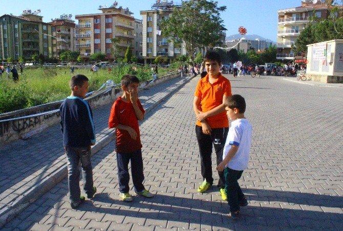 Çocuklar İçin Düzenlenen Uçurtma Şenliğinde Büyükler Çocuklardan Daha Çocuk Çıktı
