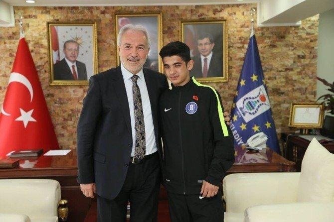 Kütahya Belediye Başkanı Kamil Saraçoğlu, Başarılı Sporcuları Altınla Ödüllendirdi