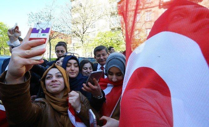 Davutoğlu'na, Strasburg'da Sevgi Seli