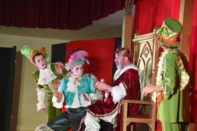 Dursunbey'de Kralın Diş Ağrısı Tiyatrosu Sergilendi