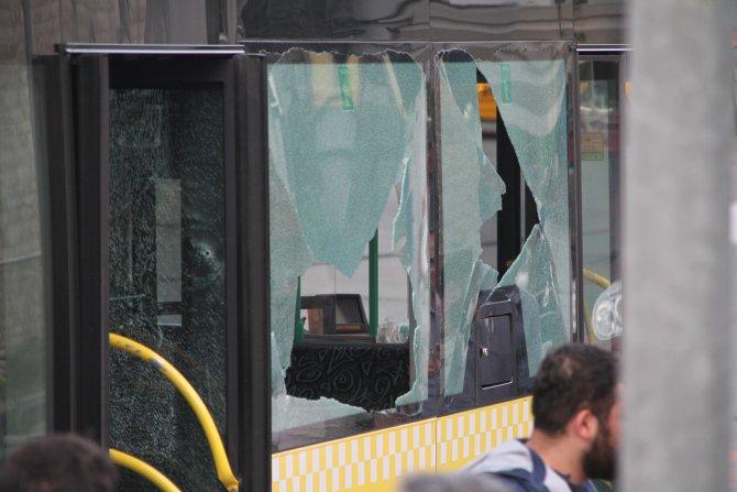 Kağıthane'de polisleri taşıyan otobüse silahlı saldırı