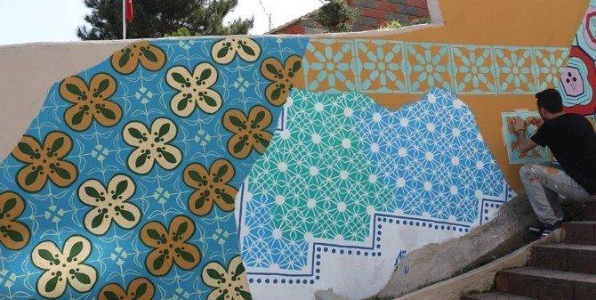 Sanatsal Figürler Duvarlara Yansıtılıyor
