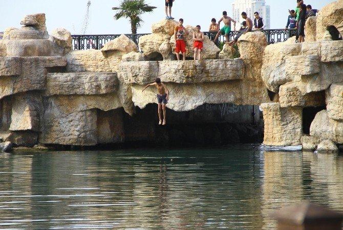 Iraklı Gençler Serinlemek İçin Denize Girdi