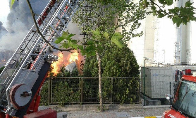 Ümraniye'deki Depo Yangını Kontrol Altına Alındı
