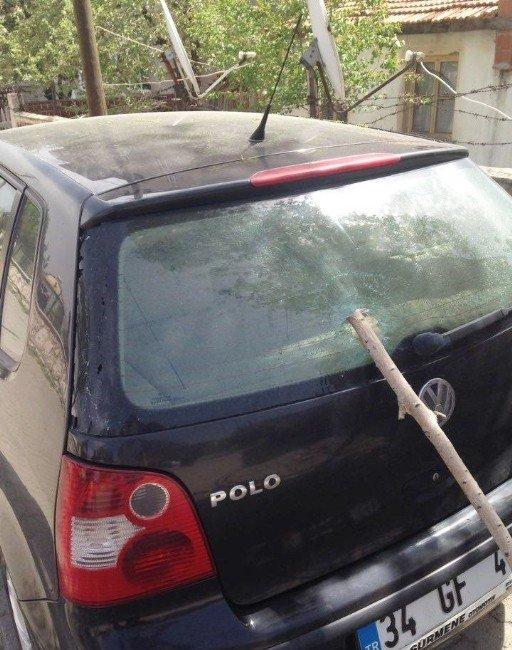 Ağaçtan Kopan Dal Parçası Öğretmenin Otomobilinin Camını Delip Geçti