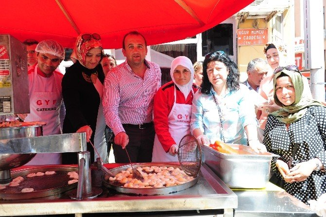 AK Parti Biga'da Lokma Dağıttı